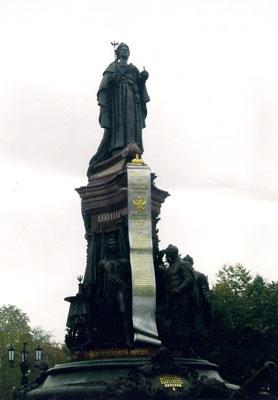 THE STATUE TO RUSSIAN EMPRESS EKATERINA II