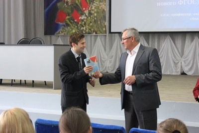 Вручение памятного подарка организатору семинара в г. Старый Оскол Гулову А.П.