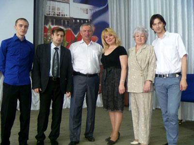 В.П. Кузовлев со слушателями и организаторами семинара (г. Старый Оскол)